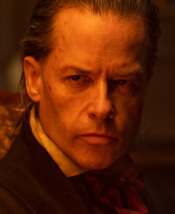 Guy Pearce (Ebenezer Scrooge)